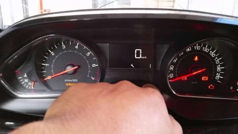 Que faire quand le voyant service sur une Peugeot 2008 est allumé ?
